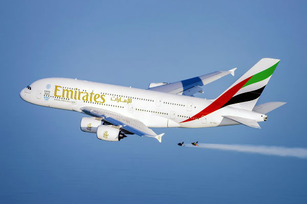 ve-may-bay-emirates-airlines-18-04-2017-2