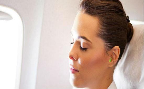 Sử dụng nút bịt tai trên máy bay