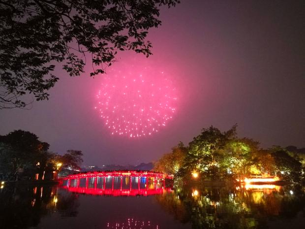 Bắn pháo hoa hồ Hồ Gươm