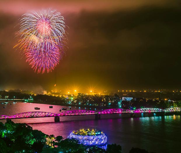pháo hoa trên sông Hương