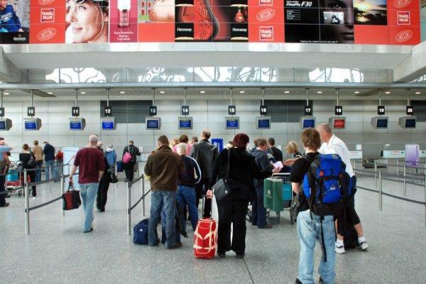 làm thủ tục check in sân bay nội bài
